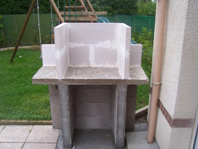 Good l je continue a monter pour faire la cheminee juy for Plan barbecue en beton cellulaire