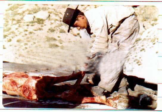 Un jeune homme asiatiqe sort son père de sa tombe et couper le corps 54079312yb3-1502ea6